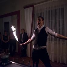 barman-radek-podczas-pokazu-z-uzyciem-ognia