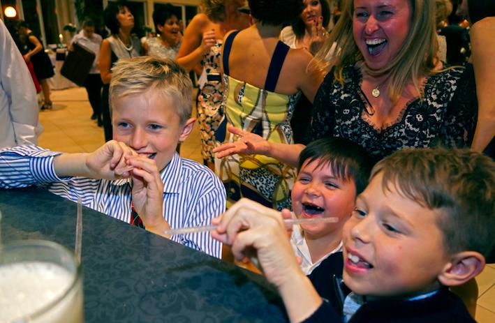 dzieci i dorosli pija drinki na weselu